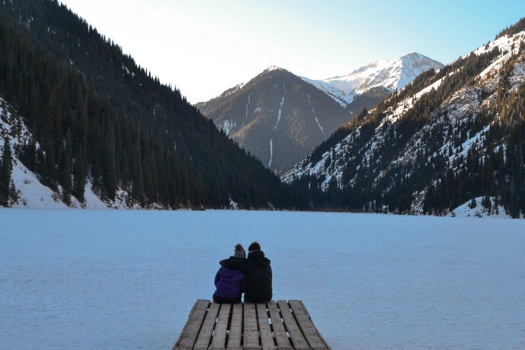 Disfrutando de la paz del lago Kolsai