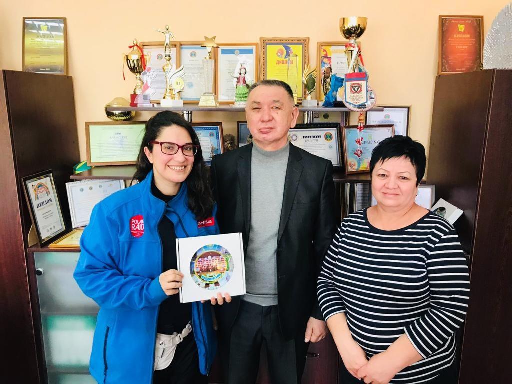 Con el director de un centro de personas sordas en Astaná