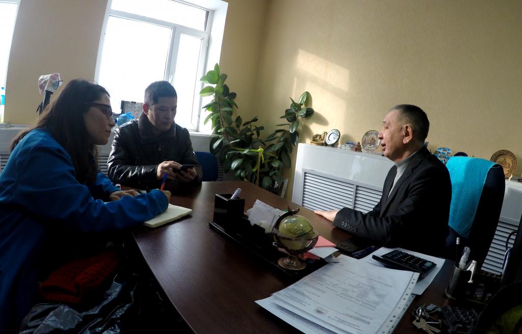 Entrevistando al director de la Sociedad de Sordos de Astana