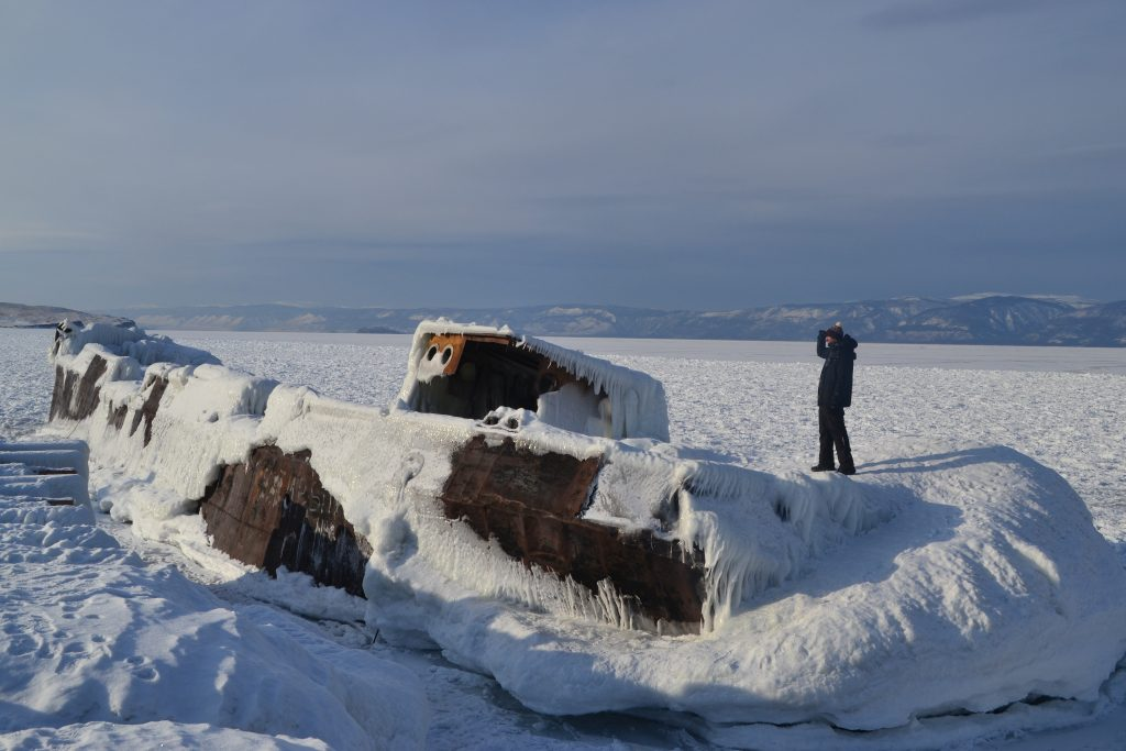 Barco abandonado helado Khuzhir