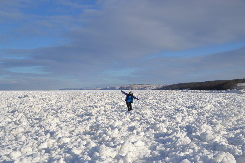 Caminando en las aguas heladas del lago Baikal