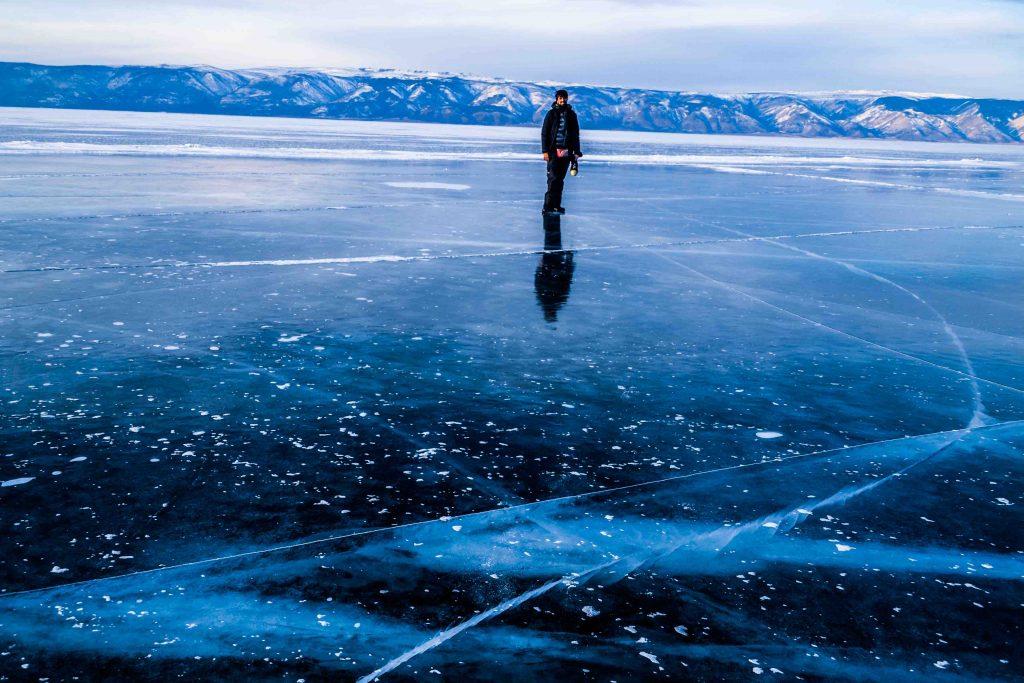 Caminando sobre el agua helada del lago baikal