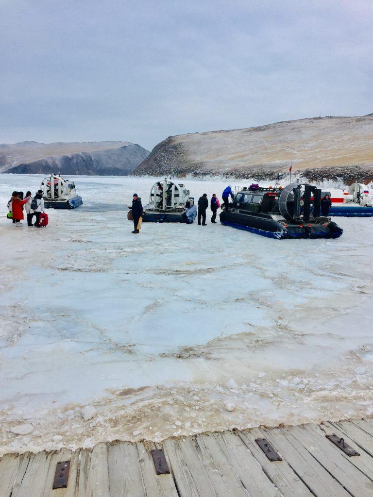 Cruzando el lago helado con lanchas deslizables