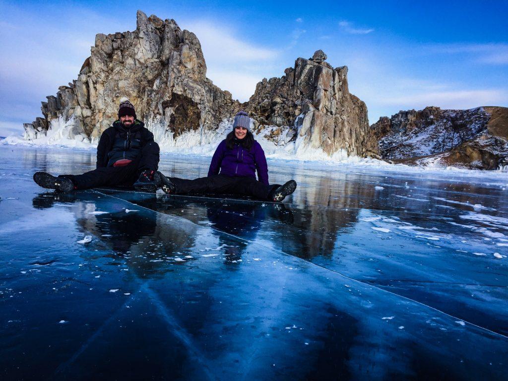 Shamanka rock desde lago Baikal helado