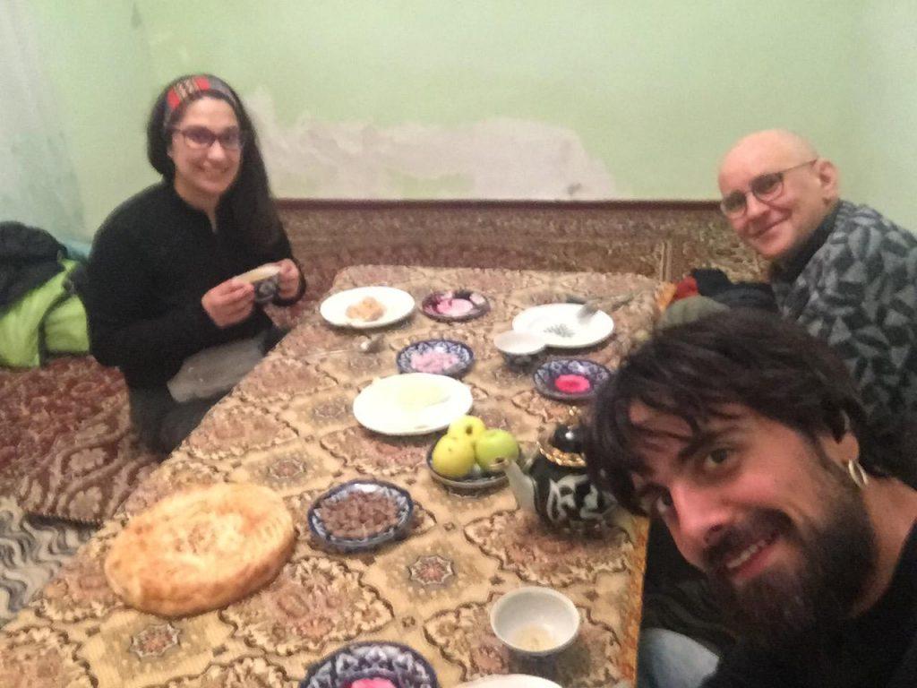 Cenando en casa de un local en Bujara