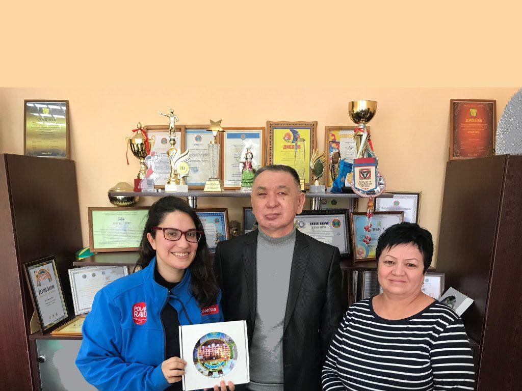 Con el director y subdirectora de la Asociación de sordos de Astana.