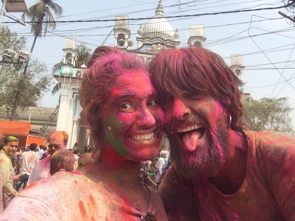 Celebrando en festival Holi en Barpeta, India