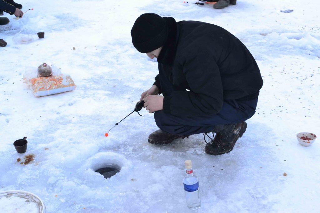 Pescando sobre el hielo