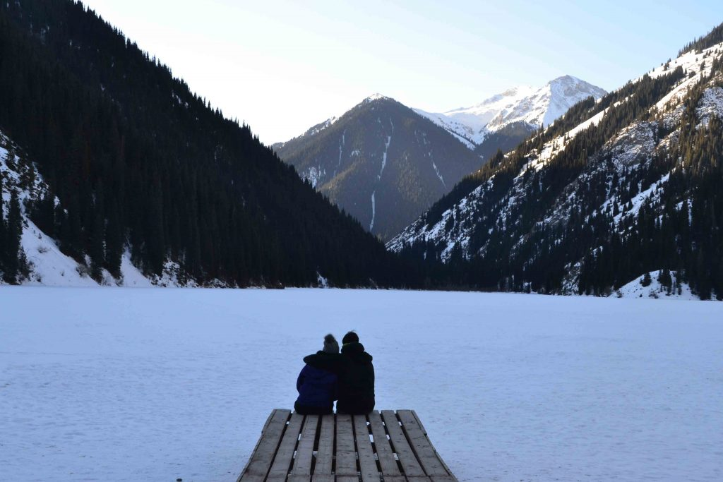 Disfrutando del paisaje en Lago Kolsai