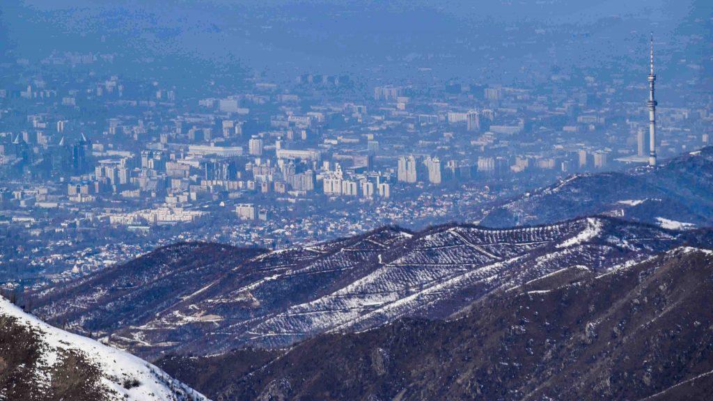 Almaty desde la pista desde la montaña