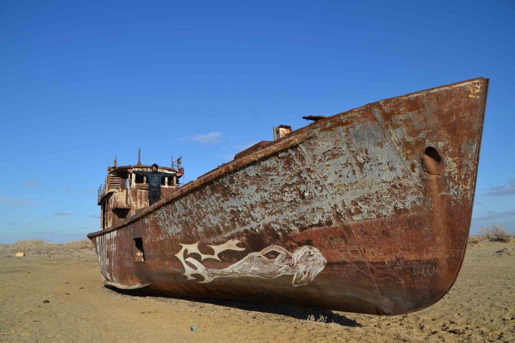 Subido encima de un barco abandonado