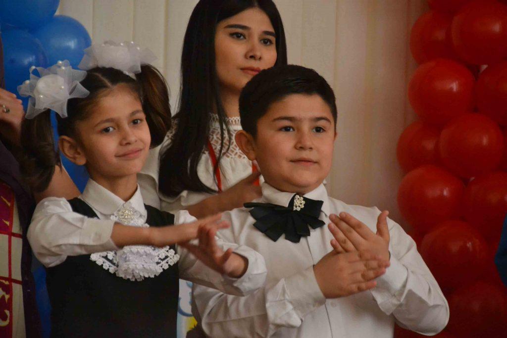 Niños interpretando en lengua de signos