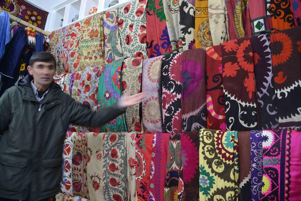 Artesano vendiéndonos alfombras