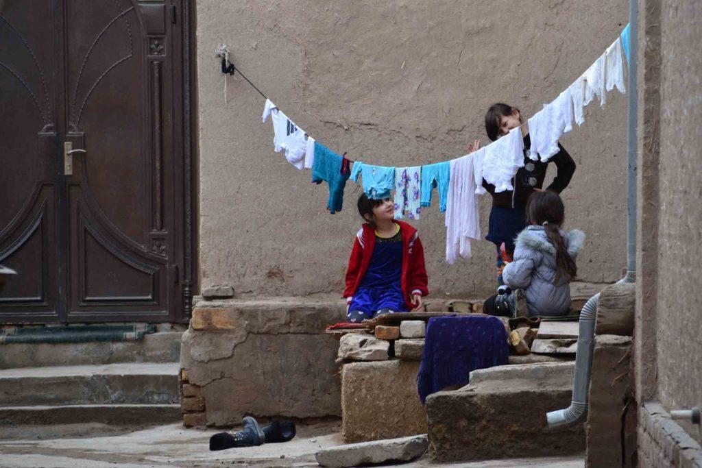 Niños jugando entre las casas de adobe
