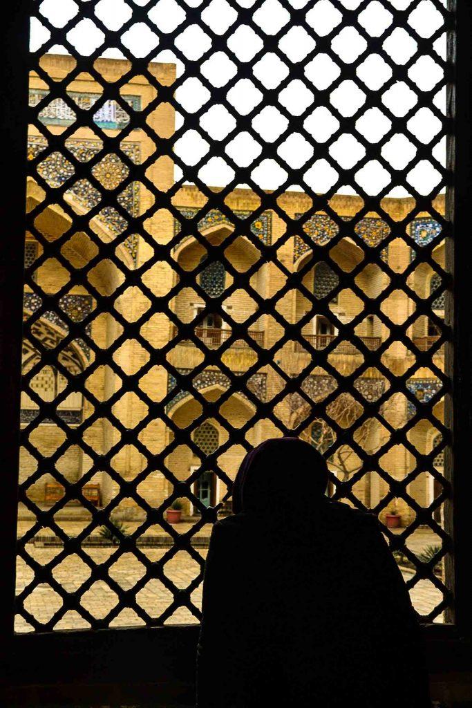mujer rezando en el interior de la mezquita