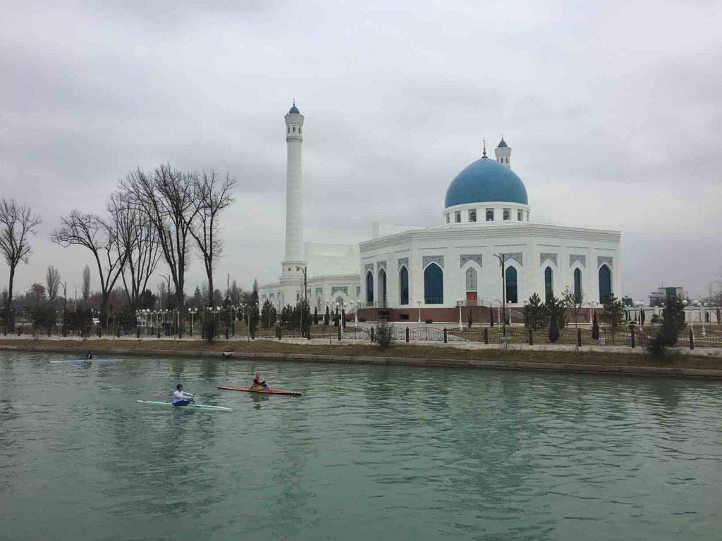 Río junto a la mezquita