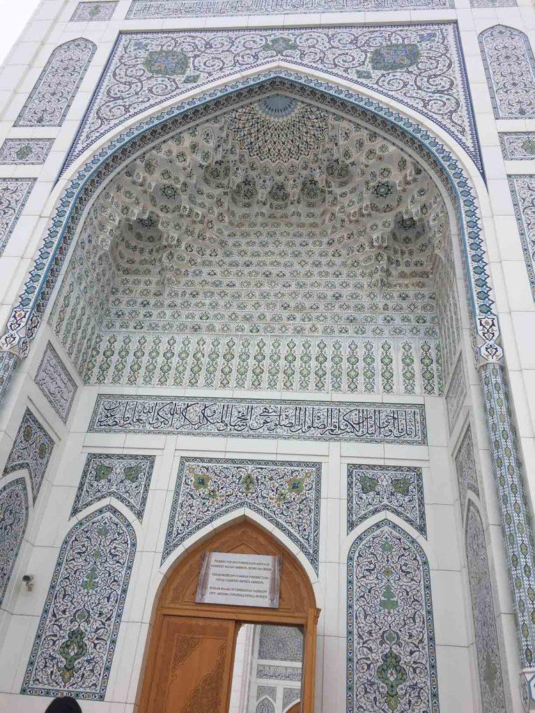 Fachada mezquita blanca