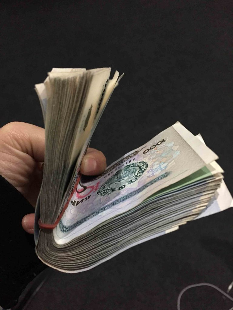 Dinero Uzbekistán