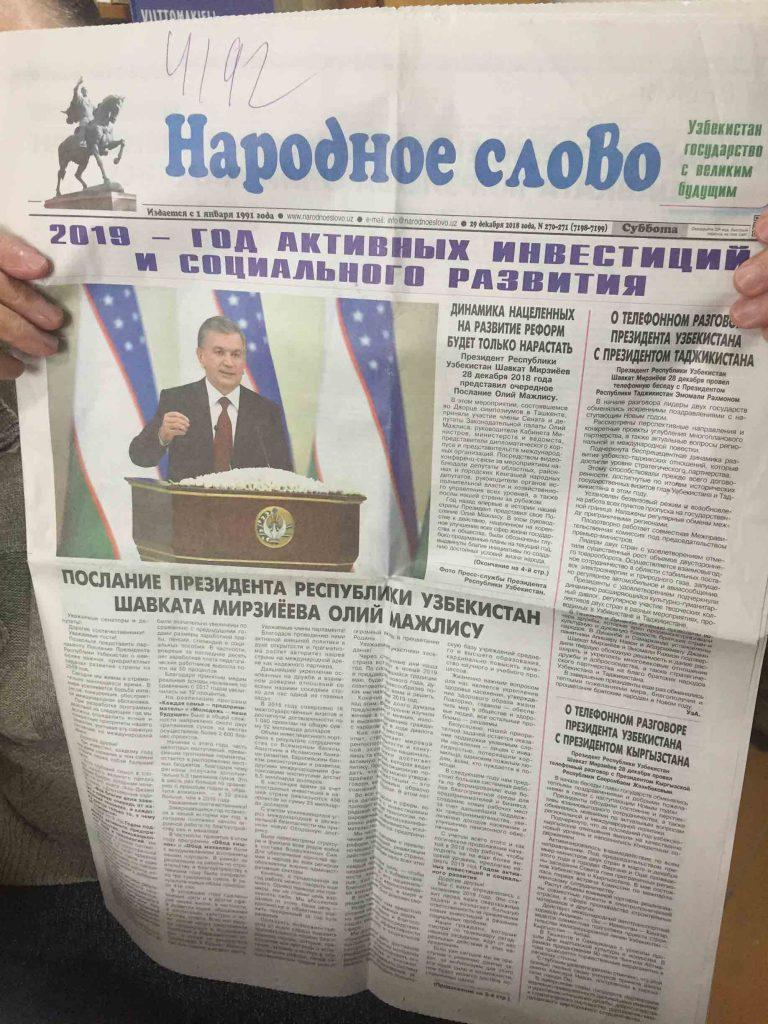 Periódico uzbeko con noticia sobre medidas accesibles