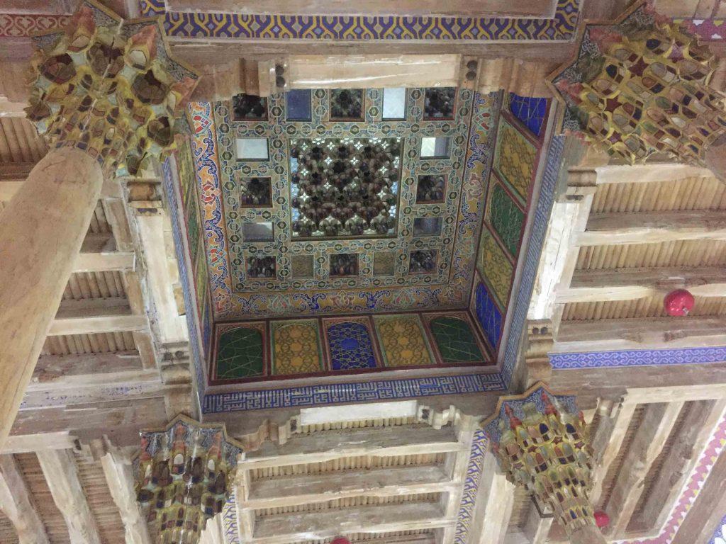 Techo tallado de madera. Interior mezquita
