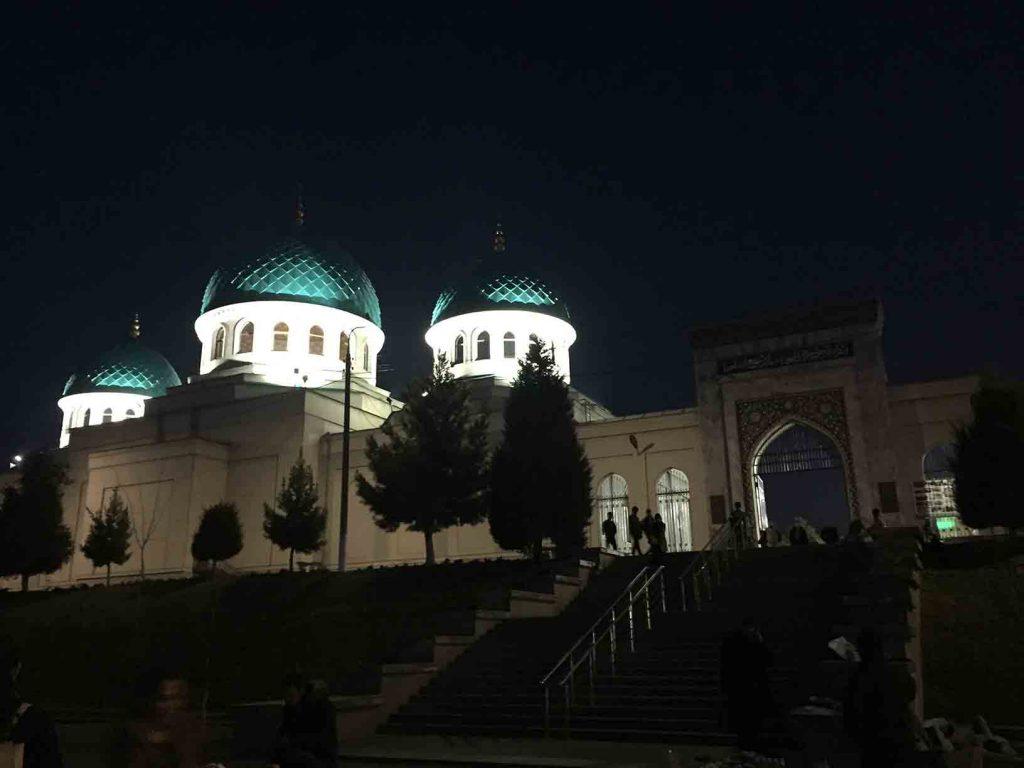 Mezquita iluminada de noche