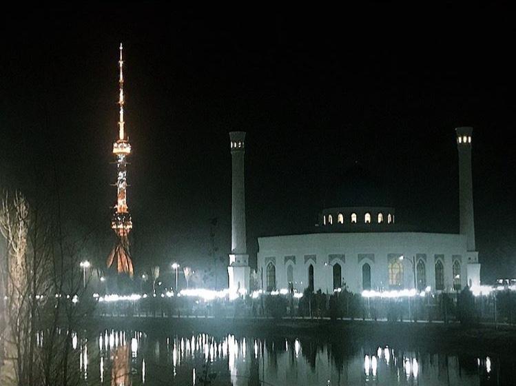 Vistas del pirulí iluminado de noche
