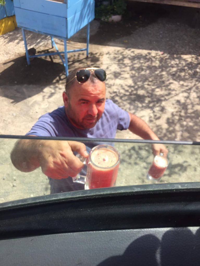 Camionero invitándonos a unos ricos zumos