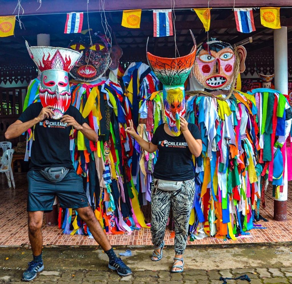 Posando con máscaras típicas del festival
