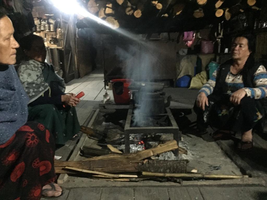 Preparando la cena con las mujeres de la tribu