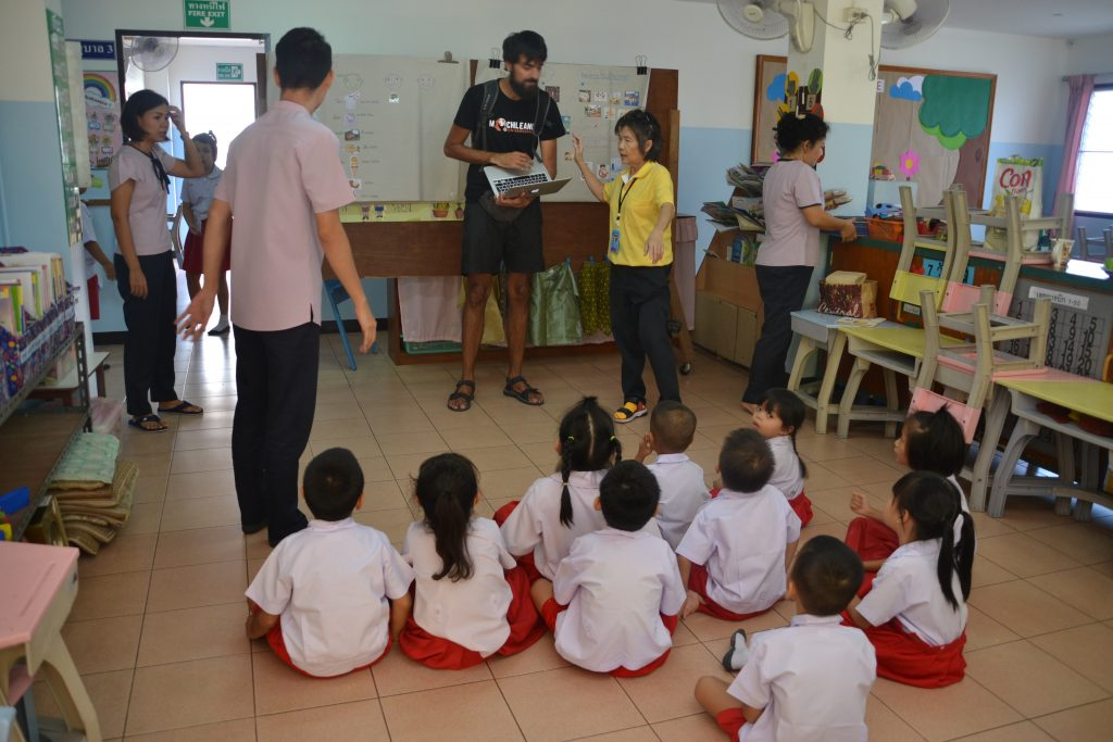 En un aula ayudando aprendiendo los animales en Lengua de signos tailandesa