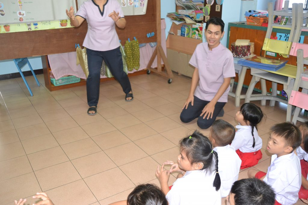 profesores y voluntarios en el aula
