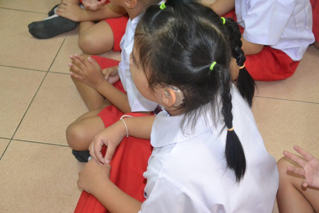 Alumna con audífonos nuevos
