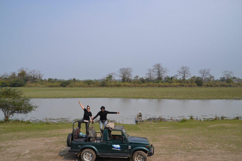 En nuestro Jeep al lado el lago en el safari