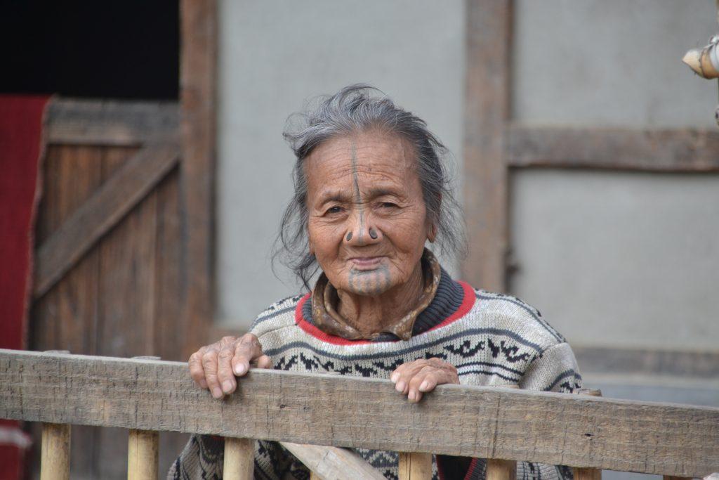 Mujer apatani, vecina de nuestra casa
