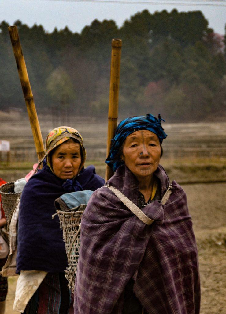 Mujeres Apatani acabando el trabajo en los campos de arroz
