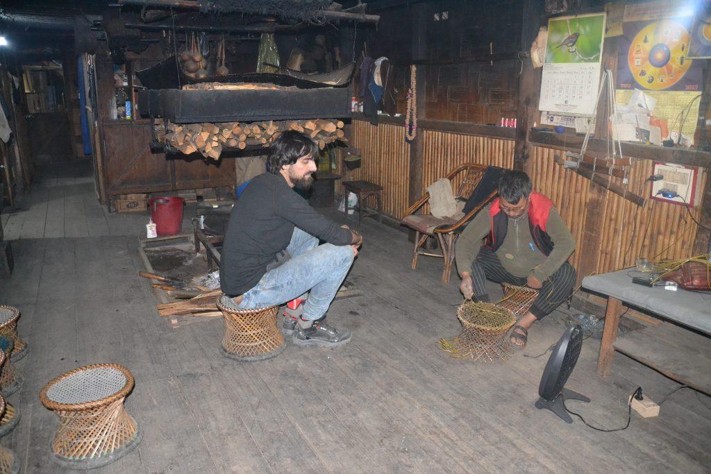 Viendo como se elaboran la silla tradicional de la tribu apatani