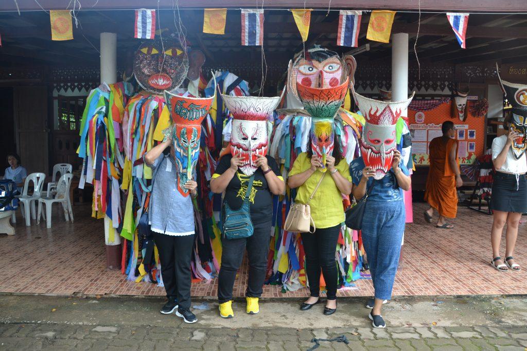 Locales posando con mascaras