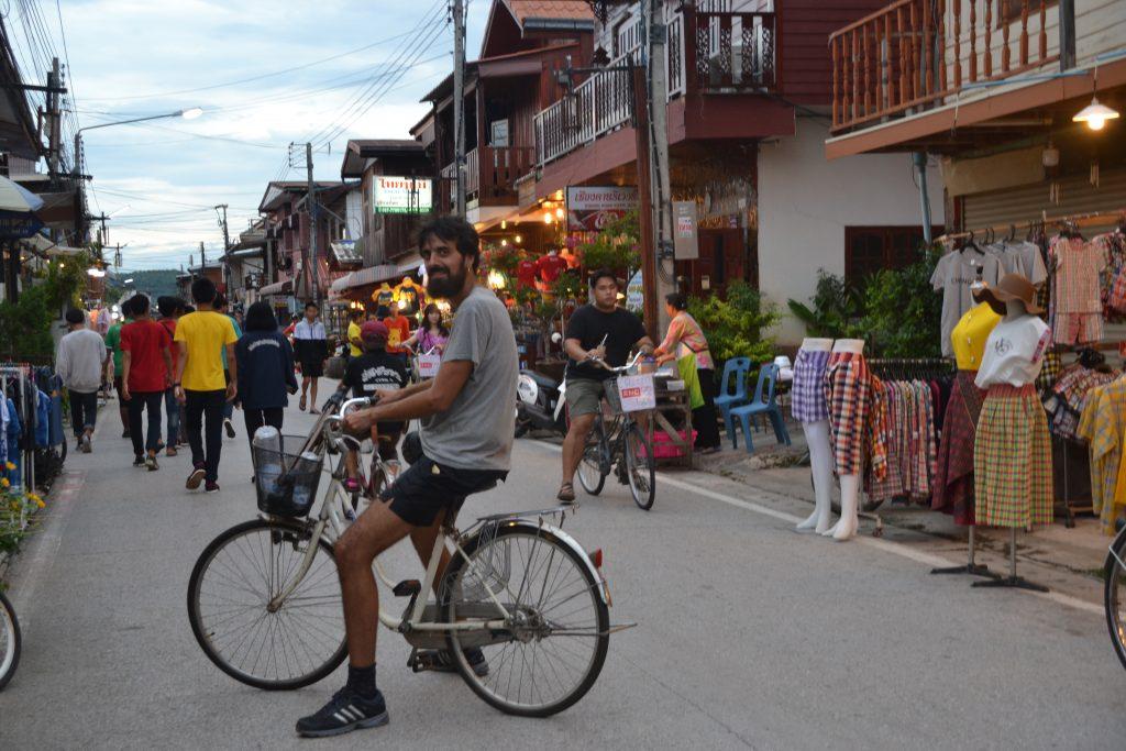 Las calles de Chiang Khan cobran vida al atardecer