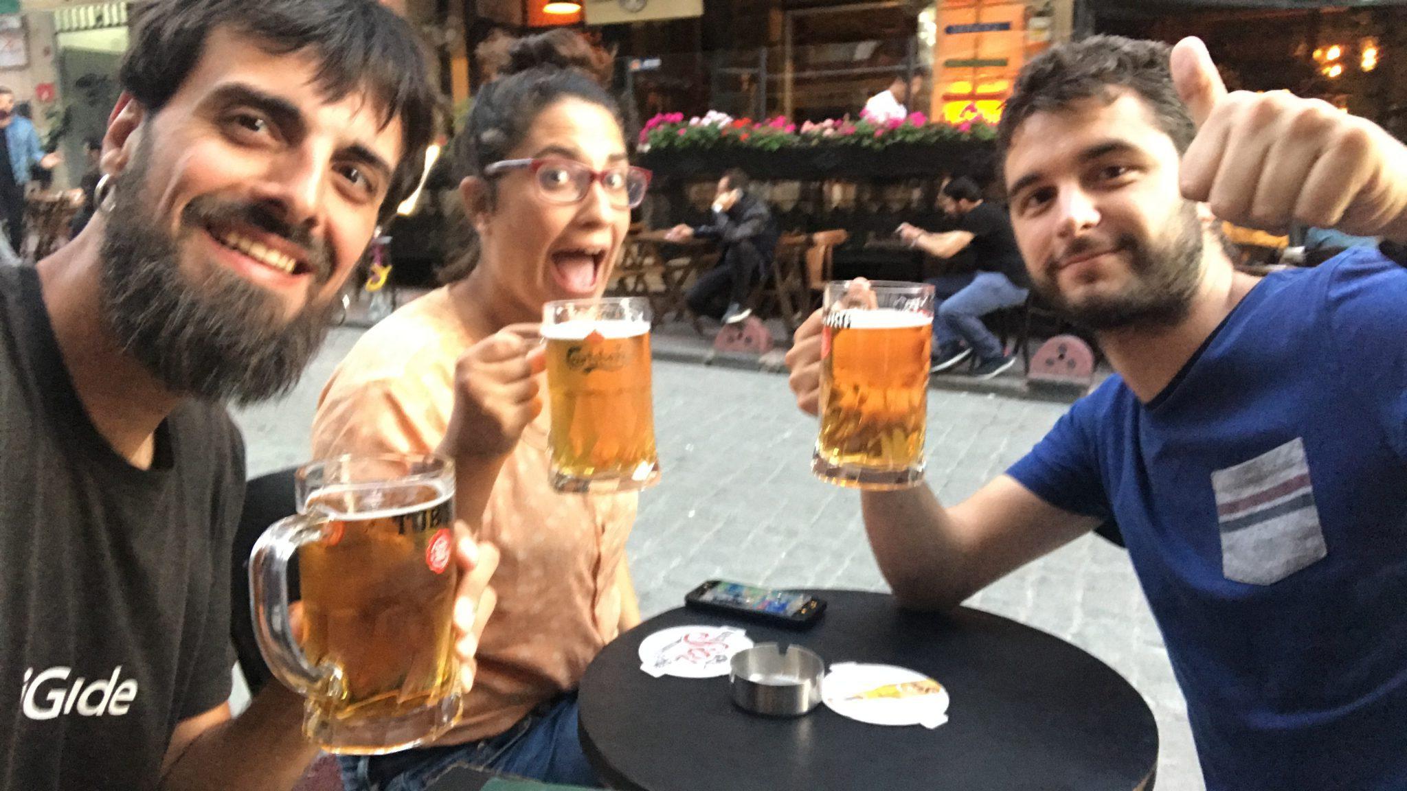 Disfrutando de unas cervecitas en Estambul en buenisima compañia