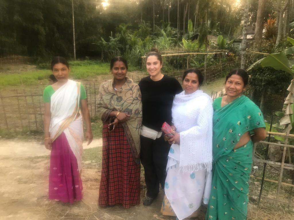 Cris junto a mujeres locales