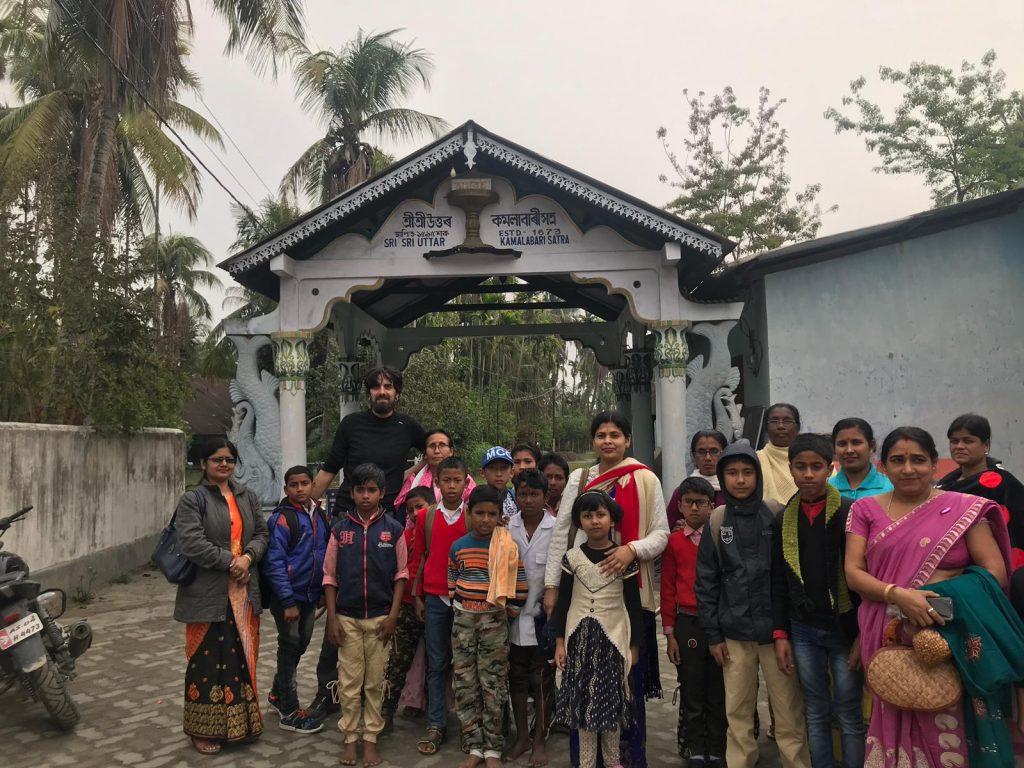 Foto con la excursión de un colegio en Majuli. No están acostumbrados a ver extranjeros por aquí.