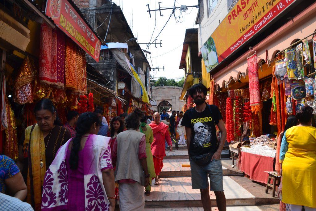 Calle de entrada al templo decorada para el Holi
