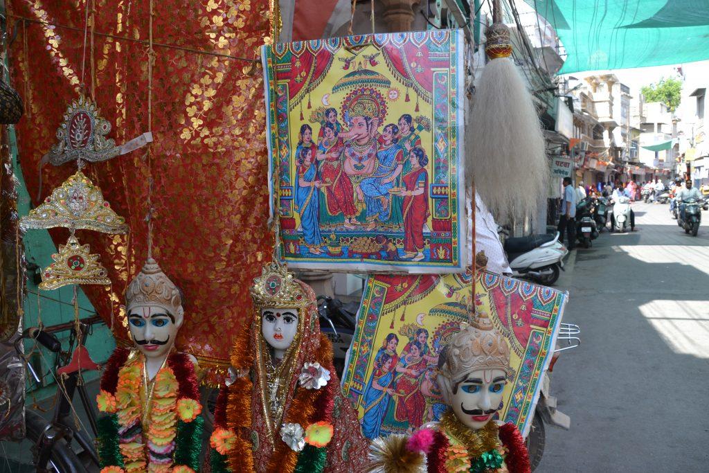 Imágenes de los dioses que adornan las calles en el Mewar Festival