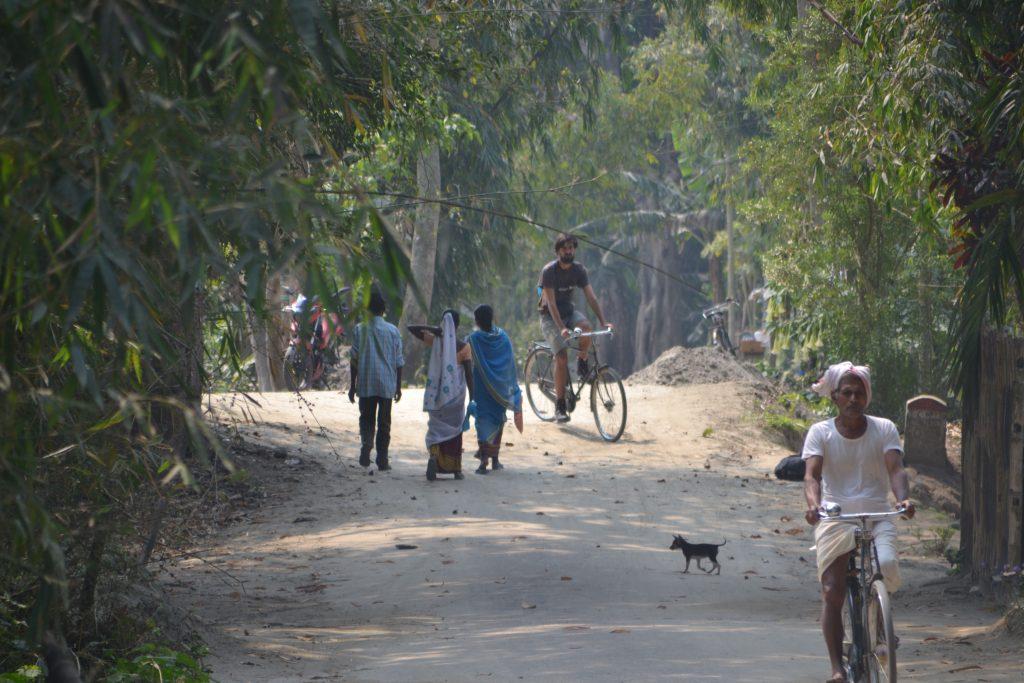 Disfrutando de la isla de Majuli en bici