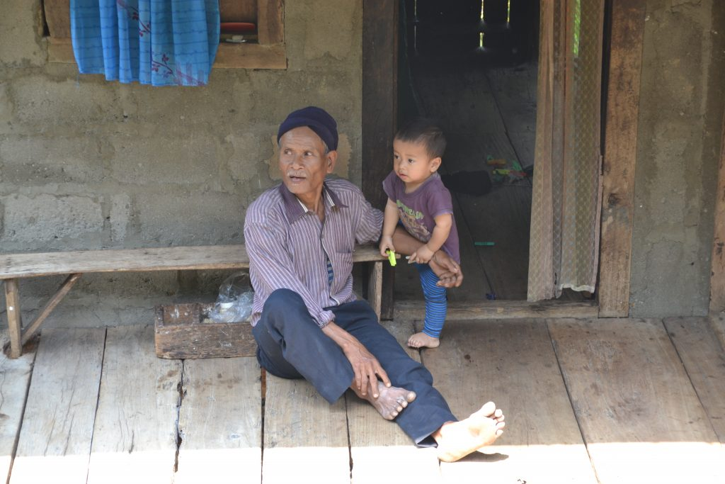 Hombre Khasi cuidando cuidando del hogar familiar