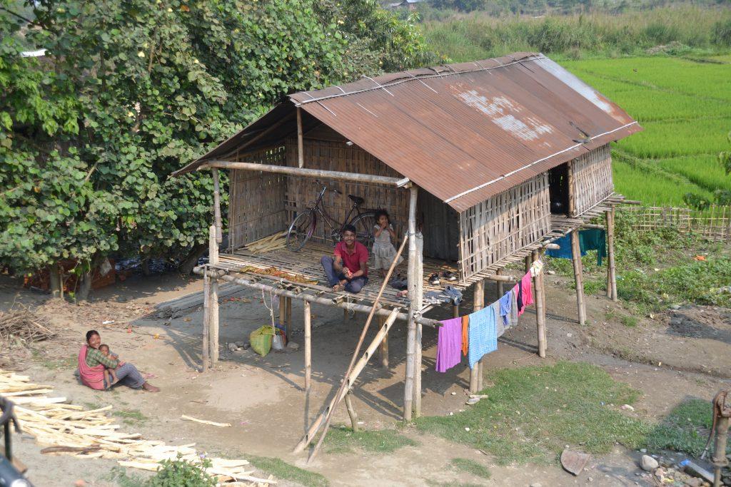 Familia en casa tradicional de Majuli