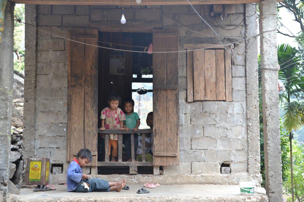 Niños en sus casas en Nongriat