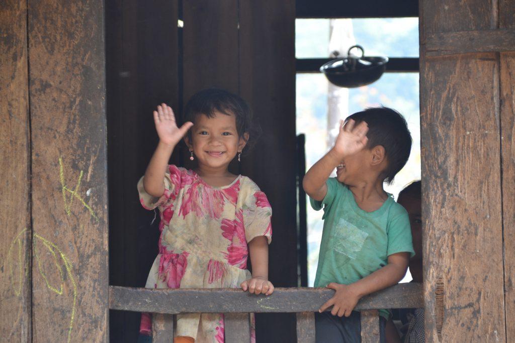Niños de Nongriat saludando a los extraños