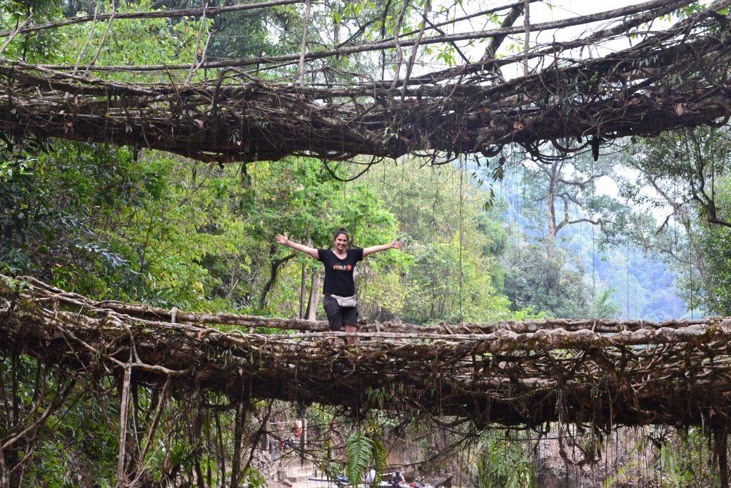 Cris saludando desde el puente