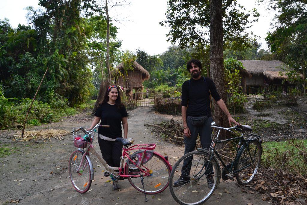 Recorriendo aldeas remotas de la isla de Majuli en bici